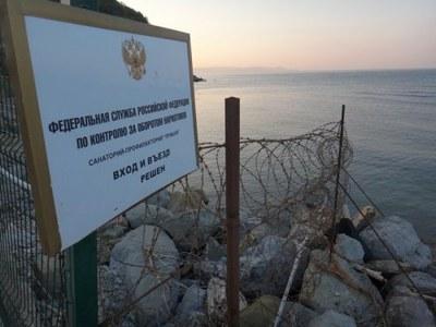 Черноморское побережье, огороженное заборами в районе новых и новых дворцов