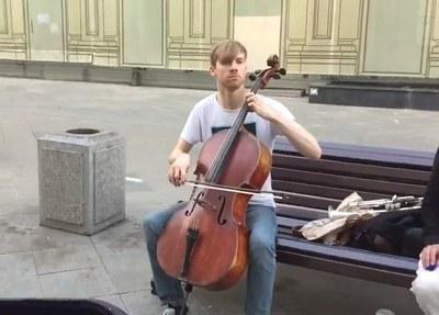 Игра на виолончели на улице как организация массового мероприятия