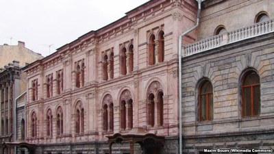 Неудобные: в театральном искусстве – «Гоголь-центр» в Москве, в гуманитарной науке и образовании - Европейский университет в СПб