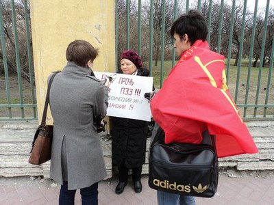 Одиночные пикеты в защиту зеленых зон Петербурга проходят у Смольного и у Мариинского дворца