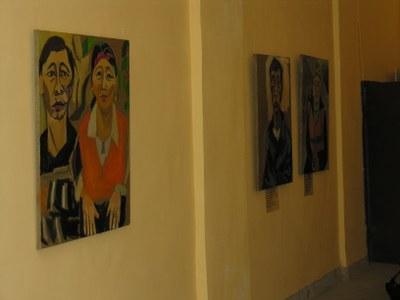 Лица мигрантов в стрит-арте на Литейном. Фото