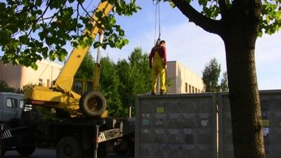 Сквер на Ивана Фомина освобождают от забора