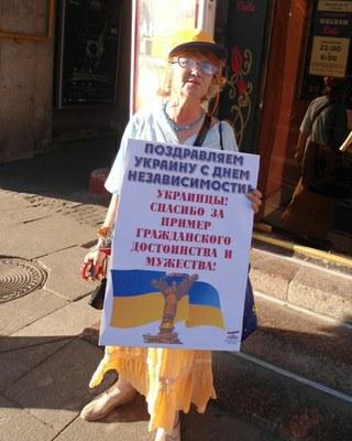 Сторонники независимости Украины и их визави вышли на Невский