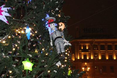 """""""Угнетателей"""" повесили. На елку."""