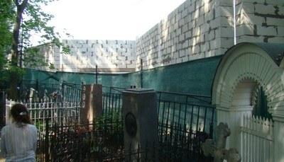 Петербуржцы возмущены строительством у стен Шуваловского кладбища